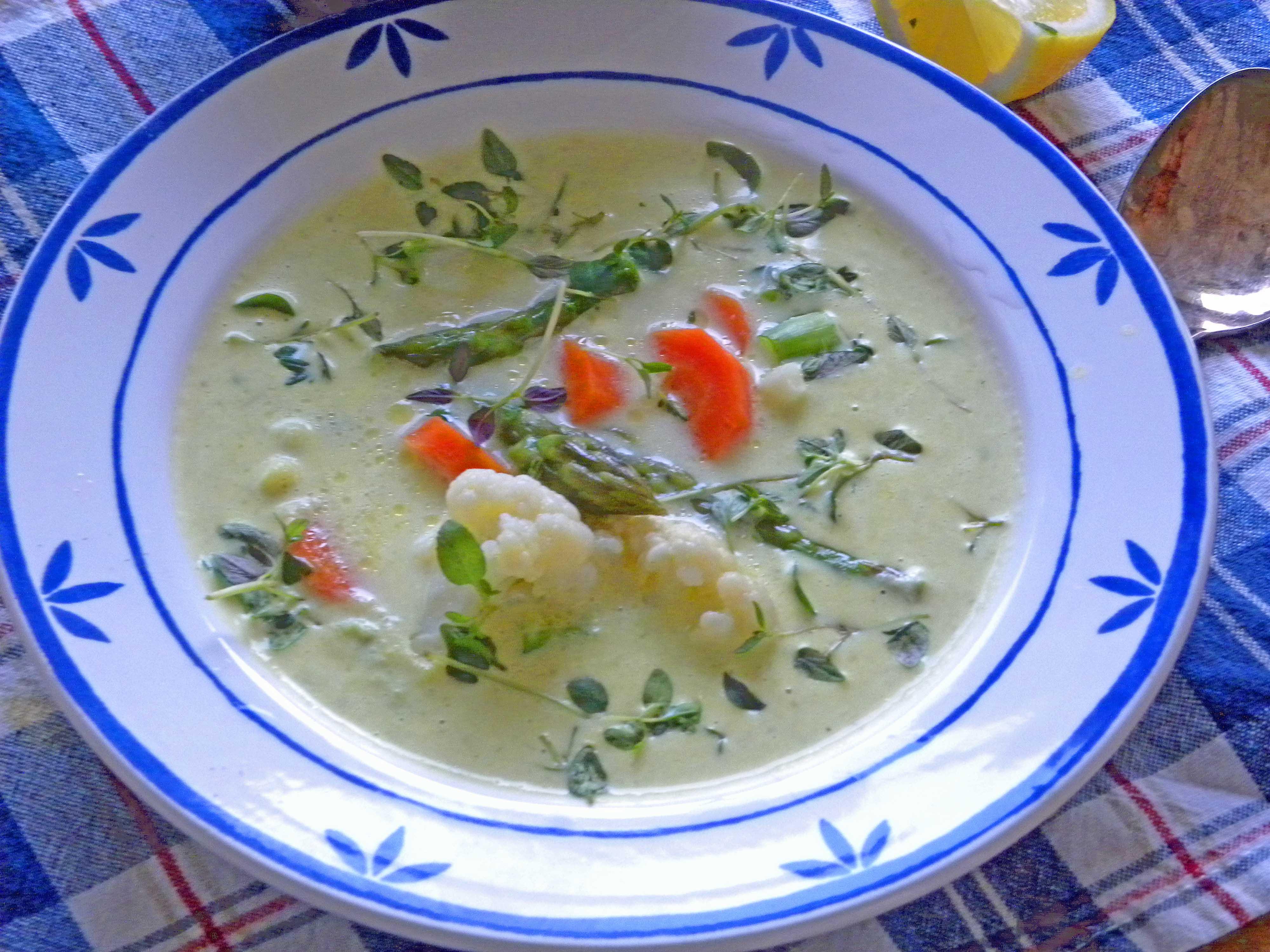 Ängamatsoppa i en vit-blå tallrik