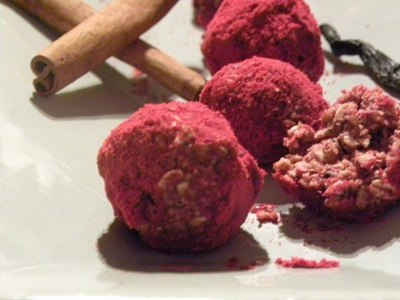 Rawfood röda lingonbollar på ett grått fat
