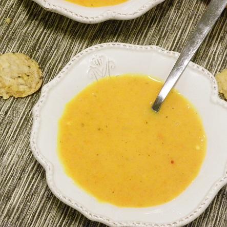 Morotsoppa med apelsin och saffran i en vit djup tallrik