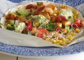 Tacomarinerad kålrot på glutenfritt tortillabröd tillsammans med grönsaker och gucamole