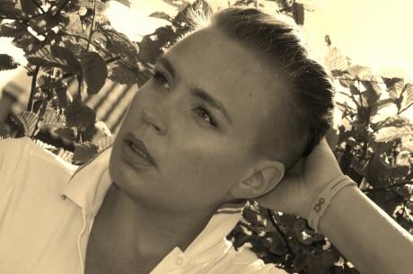 Jag (Mona) som tittar ut ur bilden med stark blick.
