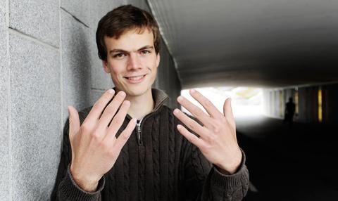 David håller upp sina händer