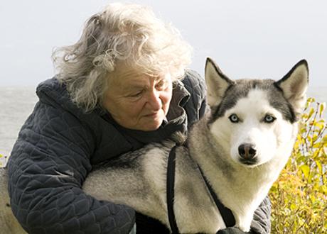 Närbild på kvinnan som använt Chi San - Gull, här med sin hund