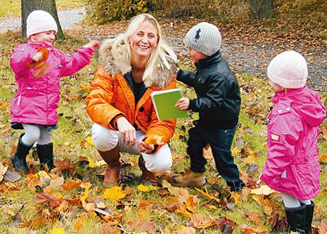 Helena leker med barnen