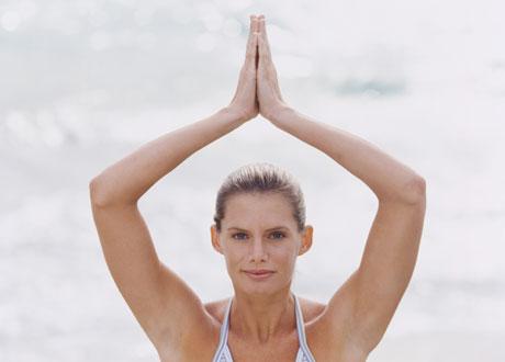 Kvinna som yogar utomhus