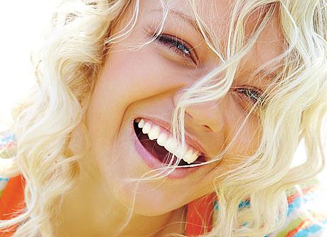 Blond kvinna skrattar