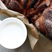 En kopp mjölk bredvid limpa bröd