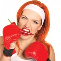 rödhårig tjej med boxningshandskar
