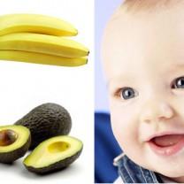 Baby med banan och avokado