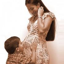 Liten pojke kramar sin gravida mors mage