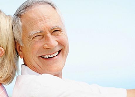 Äldre man 45 år och uppåt som skrattar