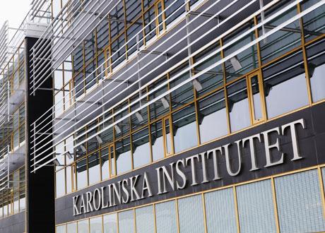 Karolinska Institutets huvudentré Huddinge närbild logotyp