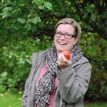 kvinna håller i äpple