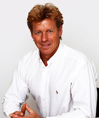 Magnus Nylander i vit skjorta vid skrivbord