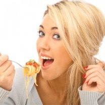 Tjej äter pasta