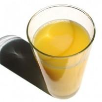 ett glas apelsinjuice mot vit bakgrund