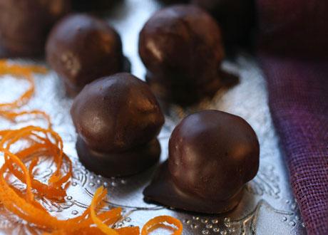Aprikospraliner på silverunderlägg