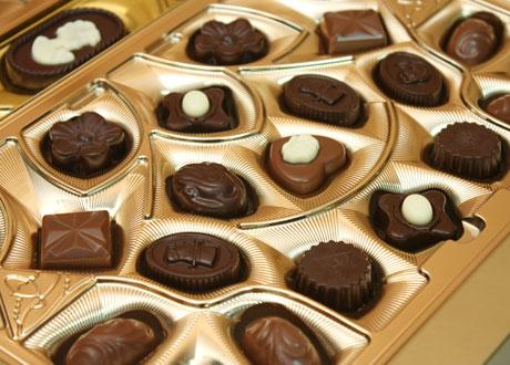 En ask mixade chokladpraliner