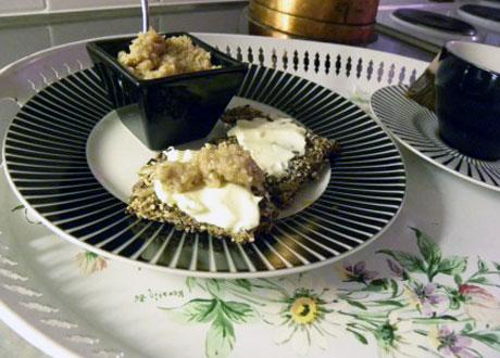 Frökex med lemon curd serverad på svartvitt fat på blommig bricka