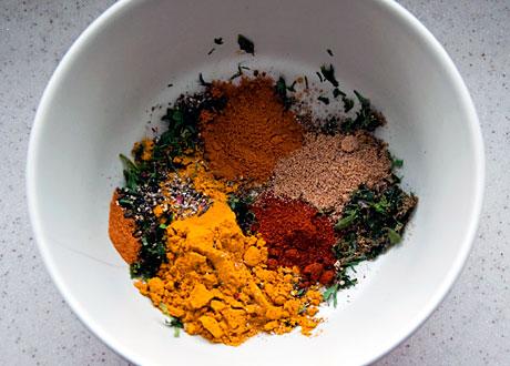 Skål med olika färgglada kryddor i