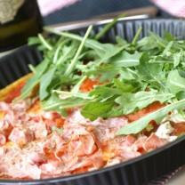 LCHF Pizza med skinka, fetaost, ruccola, tomat