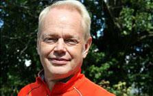 Niklas Cederberg utomhus i orange tröja