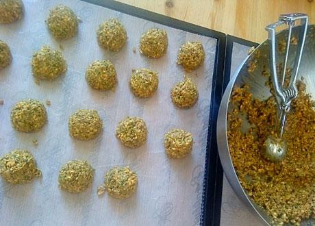 Raw falaflar utspridda på bakplåtspapper rullade till små bollar