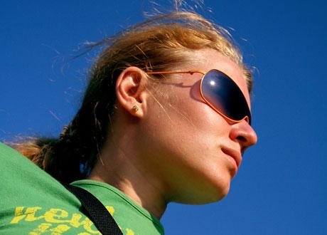 Tjej i solbrillor ser cool ut