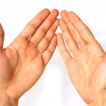 Händer hålls upp i luften handflator mot kameran