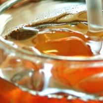 Ett glas läsk med isbitar och sugrör