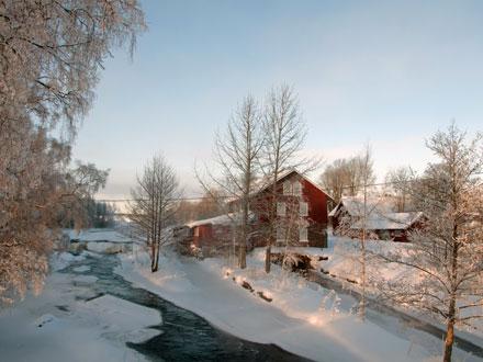 Rött hus på landet i vintermiljö