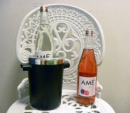 En flaska Amé med etikett med frukter