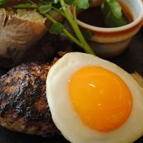 Köttfärsbiff och stekt ägg på tallrik