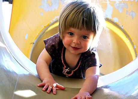 Flicka i tvåårsåldern leker