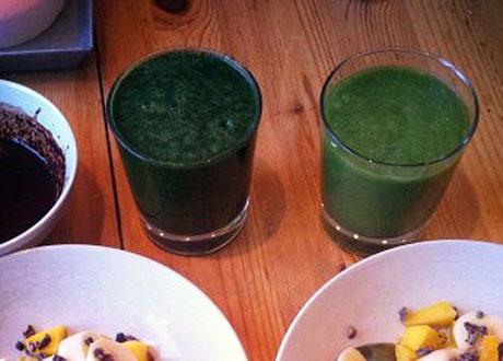 Grönjuice i glas. Till vänster med Chlorella i.