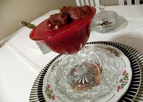 Hallonsoppa med chokladmousse serverad i hög glasbägare på fot
