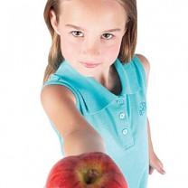 Söt tjej i åttaårsåldern håller fram ett äpple