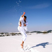 Person i vit outfit sparras i snön