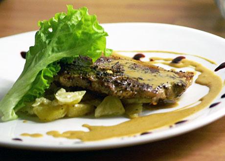 Lamm med sås, potatisgratäng och salladsblad