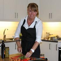 Mia Hagenmalm lagar mat i sitt kök