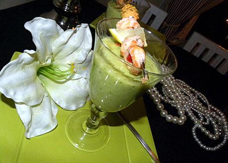 Basisk avocado- och gurksoppa med heta räkspett