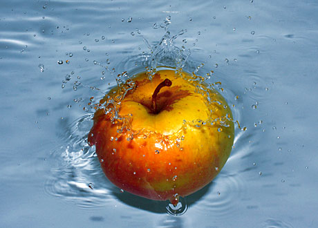 Ett äpple i vatten