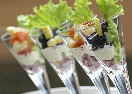 Stenbitrom och tillbehör i fina glas med sallad som garnering