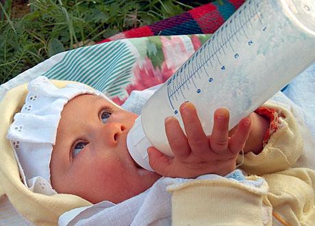 Bebis dricker ur nappflaska