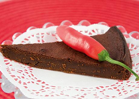 Kladdkaka på rött fat med röd chili