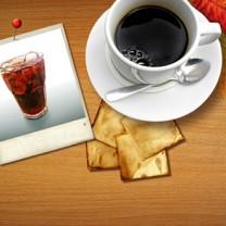 En kopp kaffe på bord ett foto föreställande ett glas cocacola