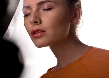Kvinna med vacker hy blundar
