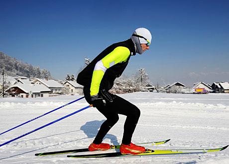 Man tränar längdskidor i vackert väder