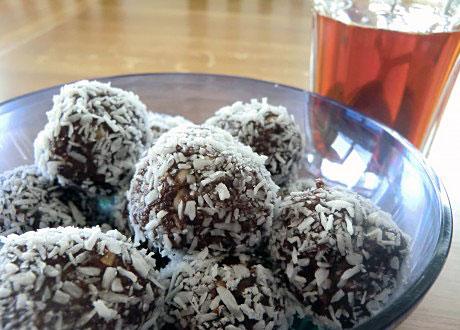 Majas Raw chokladbollar serverade på fat