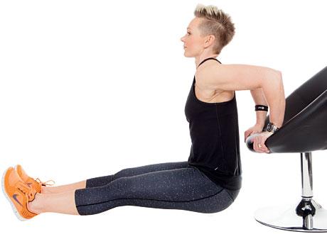 Carolin Helt visar övningen dips mot en stol